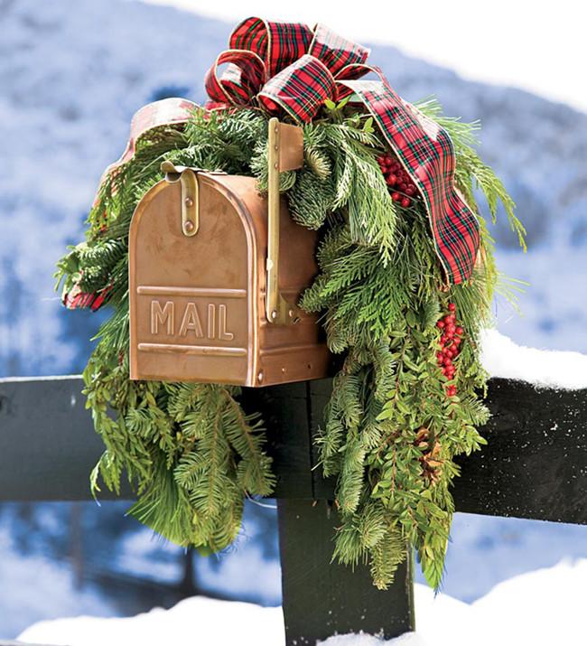 Christmas Decoration on Mailbox
